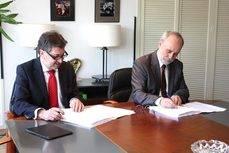 Amancio López Seijas y Ferran Sancho firman el acuerdo.