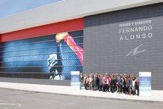 Los participantes de la jornada a las puertas del Museo y Circuito Fernando Alonso.