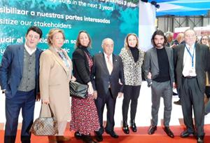 La familia Hidalgo posa al completo en Fitur con los editores de NEXOTUR
