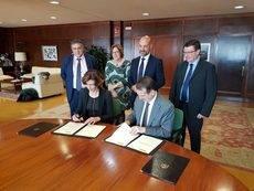 Isabel Oliver y Abel Caballero firman los acuerdos de colaboración.