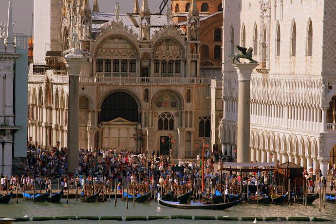 Destinos afectados por la masificación se plantearán limitar la entrada de turistas