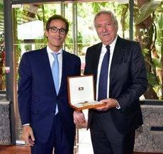 Pau Relat entrega la medalla conmemorativa a Javier Riera-Marsá.