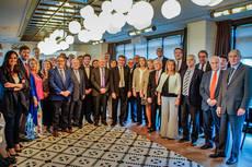 El ministro Álvaro Nadal, junto a los miembros de la Mesa del Turismo.