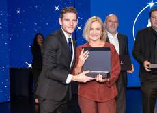 El director general de MSC Cruceros, Fernando Pacheco, entrega el premio a Pilar Bernabéu.