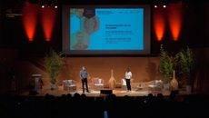 Óscar Salcedo y Núria Prats en la presentación de la jornada que se ha celebrado presencialmente en el Palacio de Congresos de Girona.