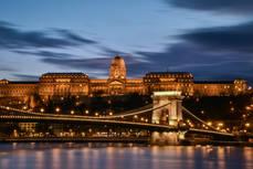 El castillo de Buda, con el Puente de las Cadenas, en Budapest.