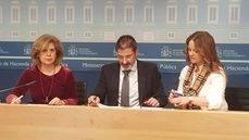 Fina Muñoz, Pablo Arellano y Concha Navarro, en la firma del contrato.