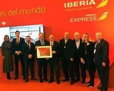 José Miguel Gimeno recoge, de manos de Víctor Moneo, el reconocimiento de Iberia.