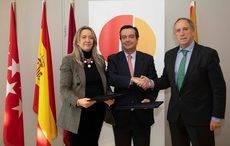 Otilia Romero de Condés y Eduardo López-Puertas tras la firma del acuerdo.