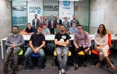 Los seleccionados para el Ifema Lab 5G con el equipo de Ifema.