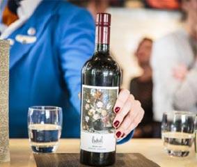 KLM viste sus vinos con etiquetas de la Edad de Oro holandesa