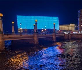 El Kursaal se iluminará de azul cada noche por el coronavirus