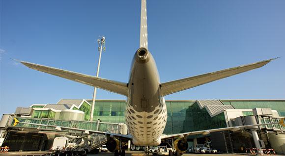El modelo aéreo 'low cost' adelanta por vez primera al convencional en España