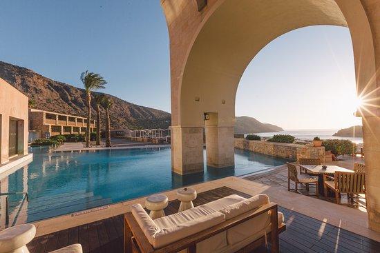 El resort blue palace de creta presenta sus nuevas suites for Luxury hotel collection