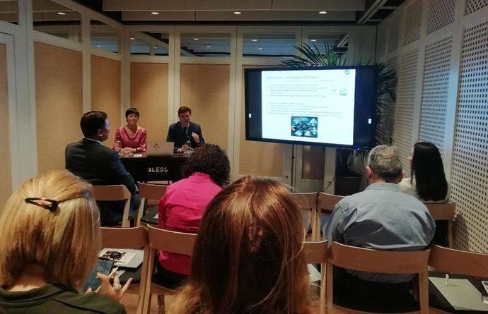 Lisa Wang y David Noack durante la presentación de la guía sobre el turismo emisor chino.