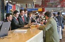 Delegados acreditándose para un evento en el Palacio de Ferias y Congresos de Málaga.
