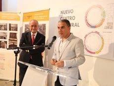 Elías Bendodo y el alcalde de Málaga, Francisco de la Torre, durante la presentación.