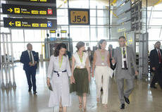 Reyes Maroto visita el Aeropuerto de Barajas
