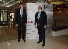 El presidente de la Mesa del Turismo, Juan Molas, junto con el embajador británico en España, Hugh Elliott.