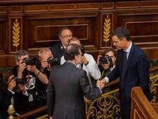 El presidente entrante, Pedro Sánchez, saluda al saliente, Mariano Rajoy.
