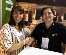 Ángeles Moreno, en la firma del acuerdo con JMT, deja la presidencia de MPI Iberian Chapter a Alessia Comis, CEO de Pidelaluna Events.