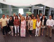 La nueva junta liderada por Alessia Comis junto a la anterior presidenta, Ángeles Moreno.