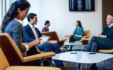 La mujer reserva los vuelos con mayor antelación