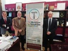 El consejero delegado del Grupo NEXO, Carlos Ortiz (medio), junto a Rafael Guzmán y Alberto Bosque (coordinador), responsables del Museo del Turismo.