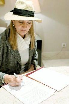 Matilde Almandoz firmando el acuerdo.