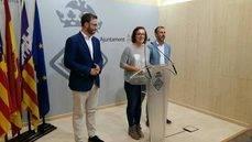 El alcalde de Palma, José Hila; la concejala de Turismo, Joana Maria Adrover; y el consejero de Turismo de Baleares, Biel Barceló, en la rueda de prensa anunciando la empresa gestora del Palacio de Congresos.