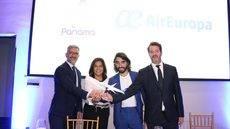 El CEO de Globalia, Javier Hidalgo, con otros directivos durante la firma del acuerdo.