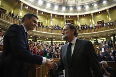 Mariano Rajoy felicita a Pedro Sánchez, tras la votación de la moción de censura.
