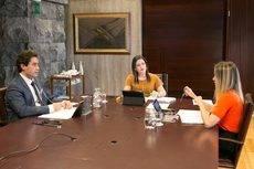 La consejera de Turismo canaria, Yaiza Castilla, con miembros de su Consejo.