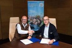La firma de la renovación del acuerdo entre PortAventura World y Viajes El Corte Inglés.