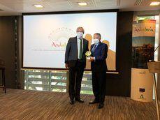 El presidente de CEAV, Carlos Garrido, junto con el secretario general para el Turismo de la Junta de Andalucía, Manuel Muñoz.