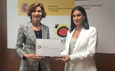 Isabel Oliver entrega el reconocimiento a la alcaldesa de Santander, Gema Igual.