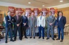 El presidente de la Diputación de Sevilla, Fernando Rodríguez Villalobos, con los responsables de las asociaciones del sector.