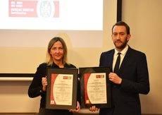 Julia Franch y Rodrigo Sagredo posan con los nuevos certificados de calidad.