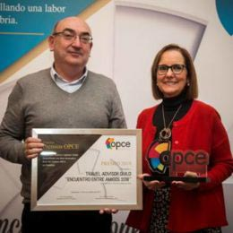 Asunción Díaz, en representación de TAG, recoge el reconocimiento de OPCE Cantabria.