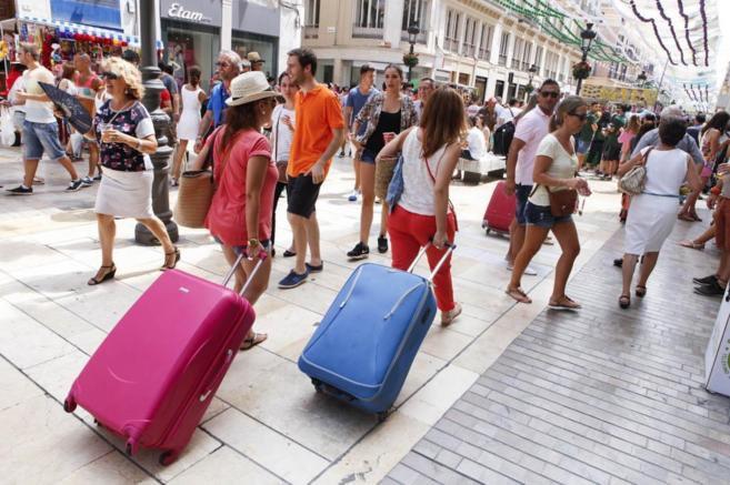 Los españoles hacen menos viajes pero gastan más dinero