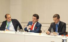 De izquierda a derecha: el expresidente de FEAAV, Jesús Martínez Millán; el presidente del Grupo NEXO, Eugenio de Quesada; y el presidented e Fetave, César Gutiérrez.