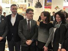 La visita del ministro, acompañado de la secretaria de Estado, a la ITB de Berlín.
