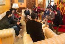 El alcalde de Zaragoza, Pedro Santisteve, recibiendo a los profesionales de China.