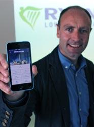 Kenny Jacobs muestra la nueva aplicación de Ryanair.