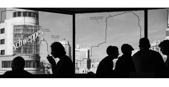 Una imagen de una terraza de Callao, III Premio Eurostars Madrid Tower de Fotografía 'Madrid en blanco y negro'