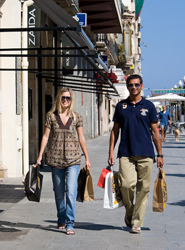El 35% de los turistas españoles planea utilizar sus tarjetas para la mayoría de sus pagos en el extranjero